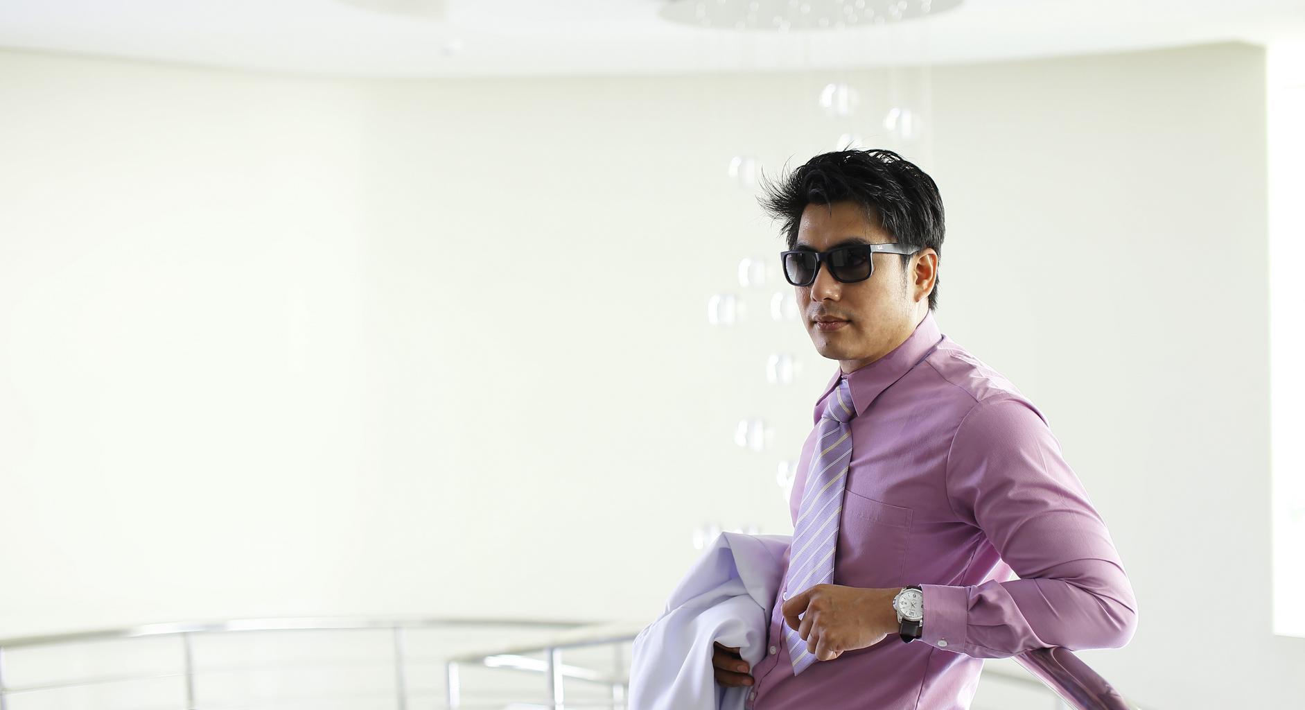 biznismen, fialová košeľa