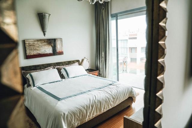 Spálňa s posteľou a sklenenými posuvnými dvermi