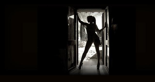 Postava ženy stojacej vo dverách.jpg