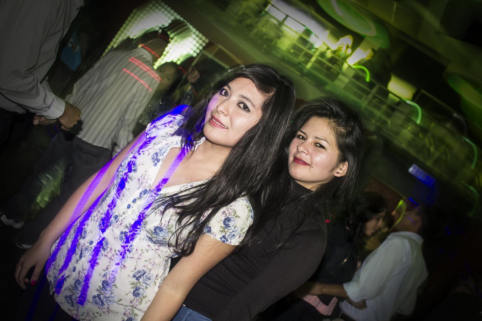 mladé ženy pri bare